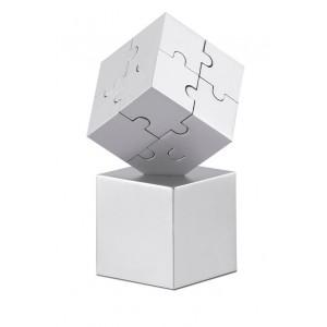 Puzzle 3D composé de pièces métalliques et magnétiques. Placé sur son support, il fera une jolie décoration et un bon presse-papier. réf. LCA 0638 argenté mat